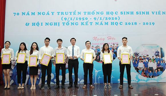 Đại học Duy Tân đã vinh dự đón nhận danh hiệu  Đơn vị xuất sắc Công tác đoàn và Phong trào thanh niên năm học 2018 - 2019