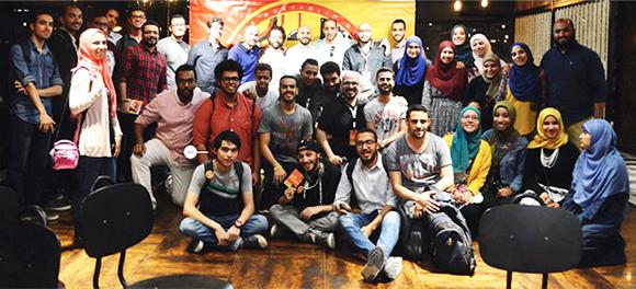 Ali Mohamed bên đồng nghiệp làm việc tại công ty thiết kế đồ họa