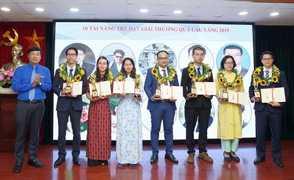 TS Trần Nguyễn Hải (thứ 4 từ phải sang) nhận giải Quả Cầu Vàng 2019