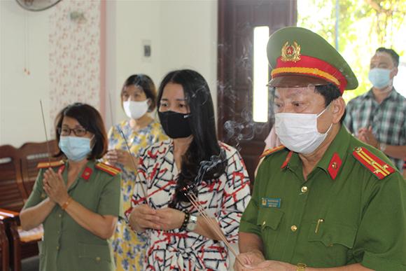 Chi hội Nữ trí thức Đại  học Duy Tân tặng quà 2 gia đình Chiến sĩ Công an TP Đà Nẵng hy sinh trong đợt phòng chống dịch Covid