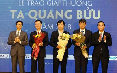 Phó thủ tướng Vũ Đức Đam trao giải thưởng Tạ Quang Bửu năm 2018 cho các nhà khoa học