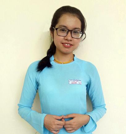 Lam Anh dịu dàng trong tà áo dài truyền thống của Trường THPT chuyên Lê Quý Đôn, Đà Nẵng