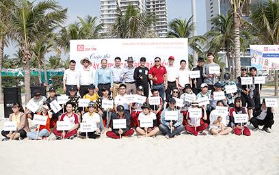 Ban tổ chức cuộc thi chụp hình lưu niệm với thành viên của 30 đội thi