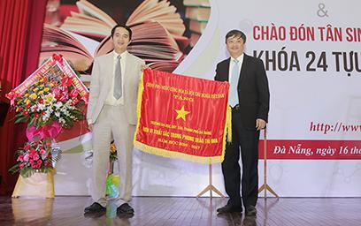 Đại học Duy Tân nhận Cờ thi đua của Chính phủ