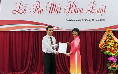 TS. Nguyễn Hữu Phú - Phó Hiệu trưởng ĐH Duy Tân trao quyết định bổ nhiệm chức vụ Trưởng Khoa Luật cho TS.Nguyễn Thị Thuận