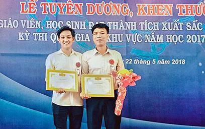 Trầm Duy Anh (bên trái) nhận Giấy khen khi giành giải Ba cuộc thi Khoa học kỹ thuật cấp quốc gia năm 2018