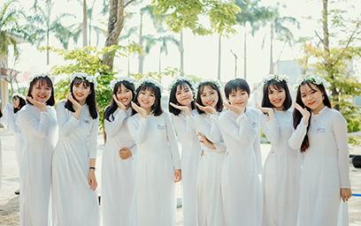Trần Khánh Linh (đứng thứ 2 từ phải sang) vui tươi bên bạn bè
