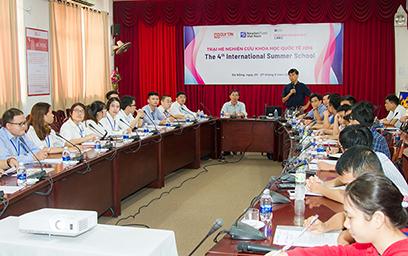 Một phiên làm việc chung tại Trại hè Nghiên cứu Khoa học Quốc tế lần thứ IV năm 2018