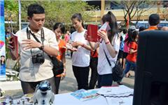 Học sinh Hào hứng với Gian hàng của DTU trong Ngày hội Văn hóa Dân gian