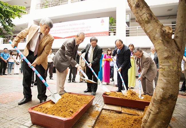 Đoàn công tác trồng cây lưu niệm tại Đại học Duy Tân