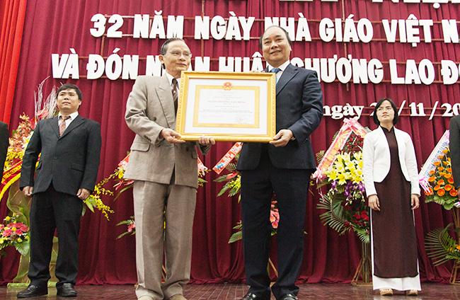 Phó Thủ tướng Nguyễn Xuân Phúc trao Huân chương Lao động hạng Nhì cho Đại học Duy Tân