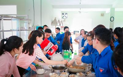 """Đoàn trường Duy Tân Tổ chức Hoạt động """"Bữa ăn Sẻ chia"""""""