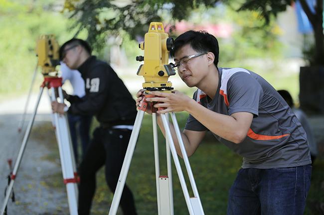 Sinh viên Xây dựng Duy Tân thực tập, thực hành với các thiết bị hiện đại