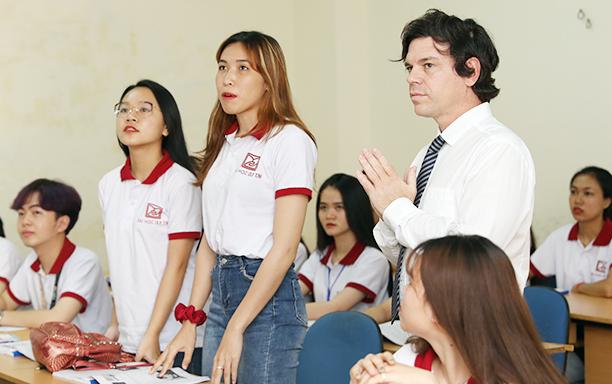 Sinh viên học tập với giảng viên người nước ngoài tại giảng đường Đại học Duy Tân