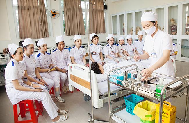 Sinh viên Khoa Điều dưỡng Đại học Duy Tân  thực hành tại phòng thí nghí nghiệm chuyên môn