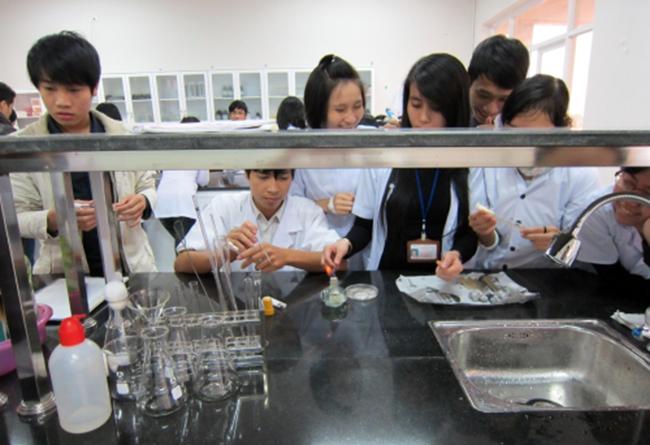 Sinh viên Khoa Môi trường Đại học Duy Tân thực hành tại phòng thí nghiệm