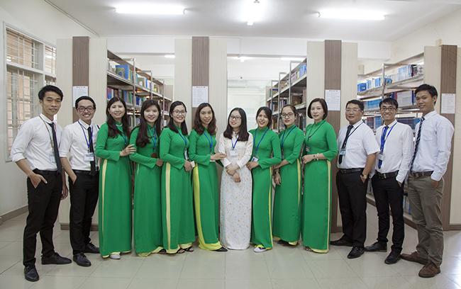 Cán bộ, giảng viên khoa Luật Đại học Duy Tân chụp hình kỉ niệm tại Thư viện Trường