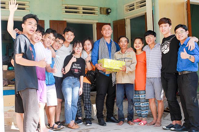 Đoàn tình nguyện Đại học Duy Tân trao quà cho những hộ gia đình khó khăn
