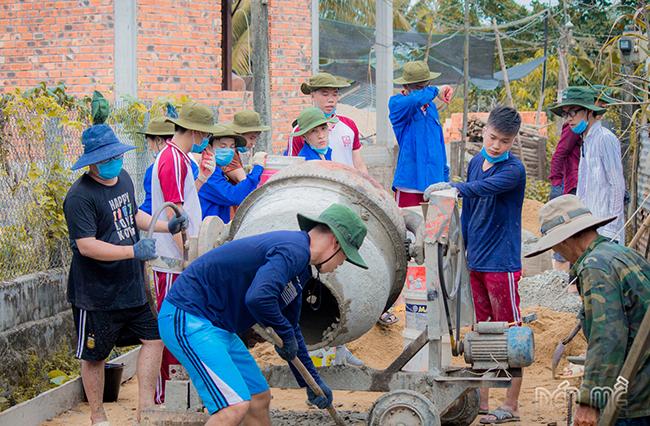 Sinh viên Duy Tân không quản ngại trời nắng làm đường bê tông trong chiến dịch Mùa hè Xanh tại thôn Phước Đồng