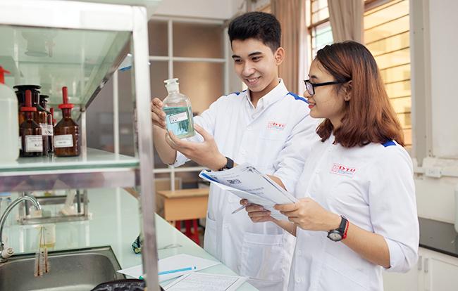 Sinh viên của Đại học Duy Tân thực hành tại Phòng Thí nghiệm Hóa học.
